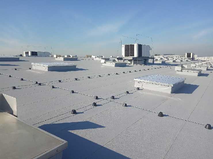 Prace na wysokości - odśnieżanie dachów
